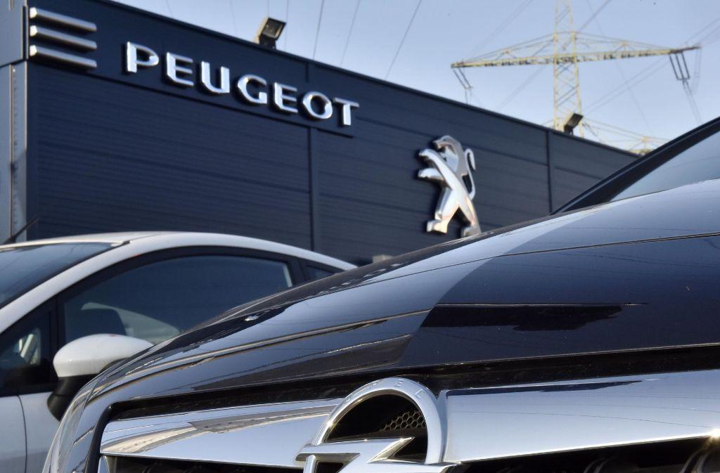 Aus Paris hat am Dienstag die Nachricht überrascht, dass der Konkurrent und Kooperationspartner PSA Peugeot Citroën über eine Opel-Übernahme mit GM verhandelt. Foto: AP