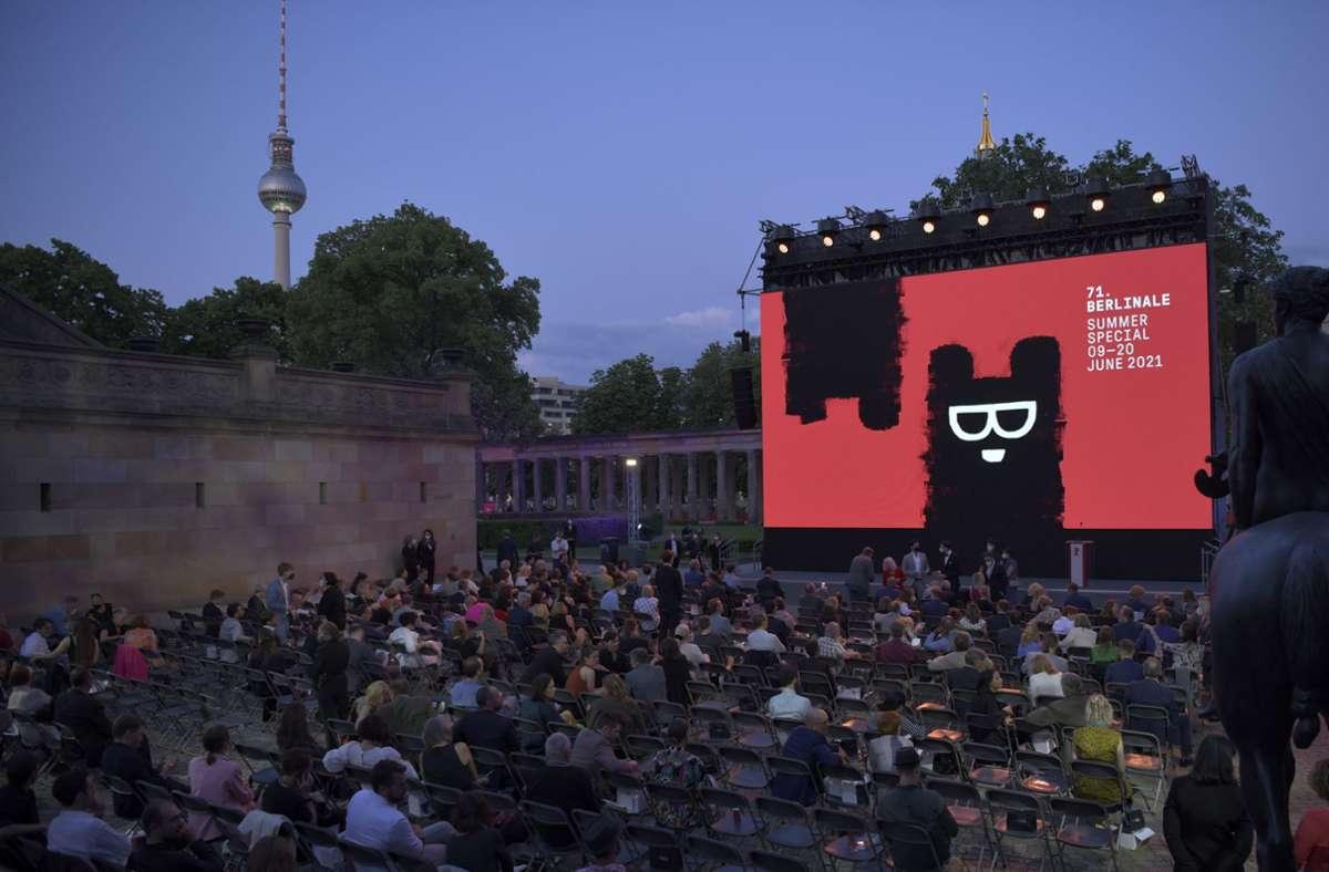 Viele Menschen vor einer großen Leinwand: Eröffnung des Filmfestivals Berlinale auf der Berliner Museumsinsel Foto: dpa/Stefanie Loos