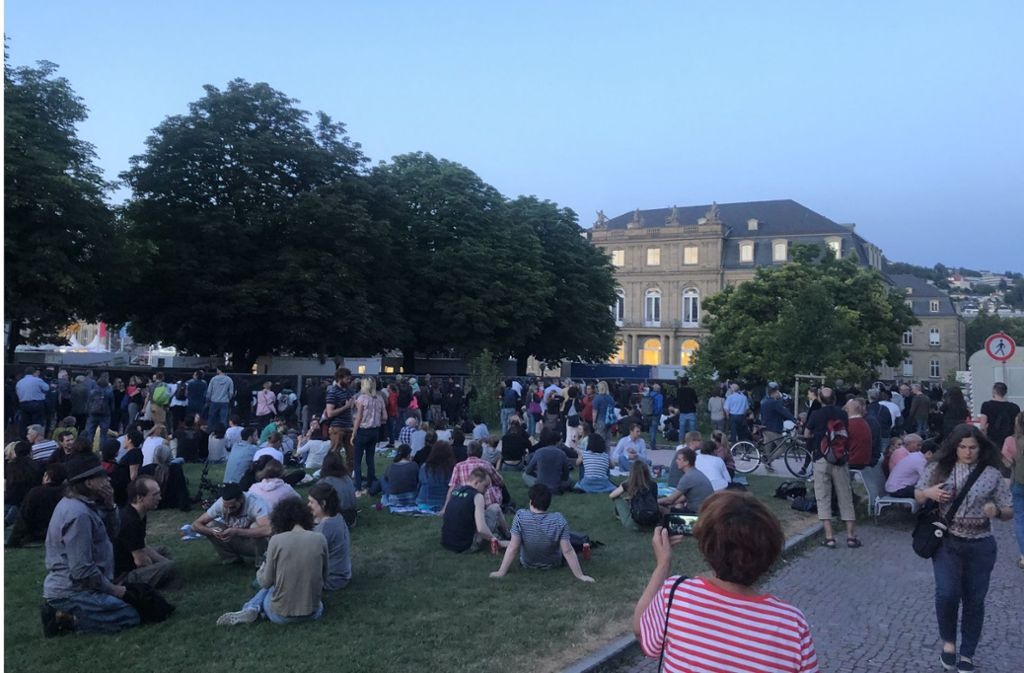 Hunderte lauschten draußen den Klängen von Bob Dylan. Foto: StN
