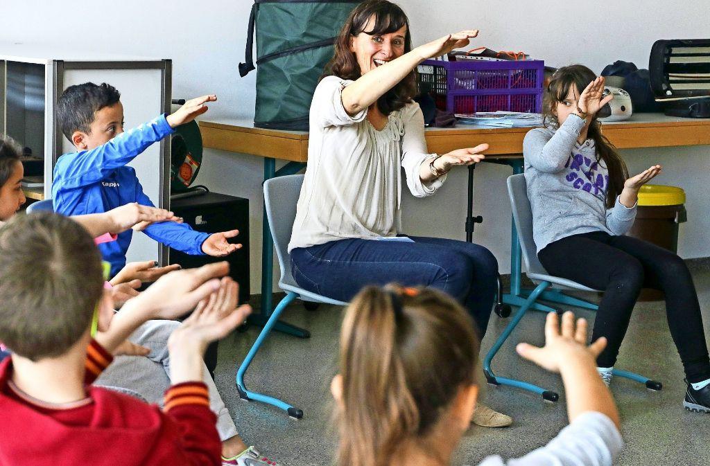 """Birgit Rismondo (Mitte) bereitet die Schüler der 4c auf das Schulkonzert  """"Die kleine Meerjungfrau"""" Ende April vor. Foto: factum/Granville"""