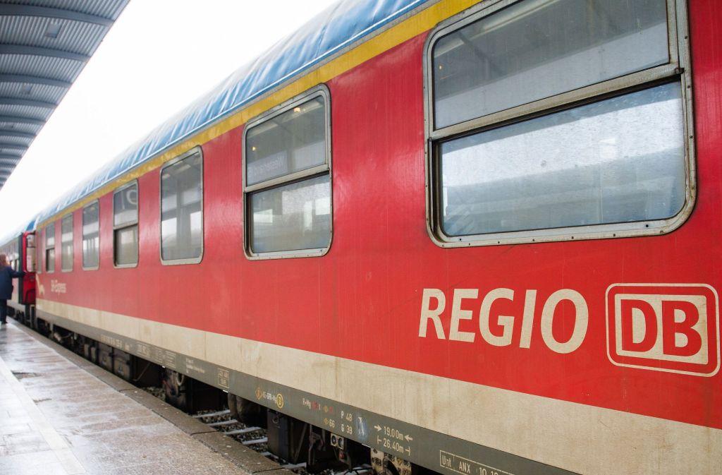 In einem Regionalzug bei Offenburg hat ein 18-Jähriger einen Bahn-Mitarbeiter angegriffen (Symbolfoto). Foto: dpa