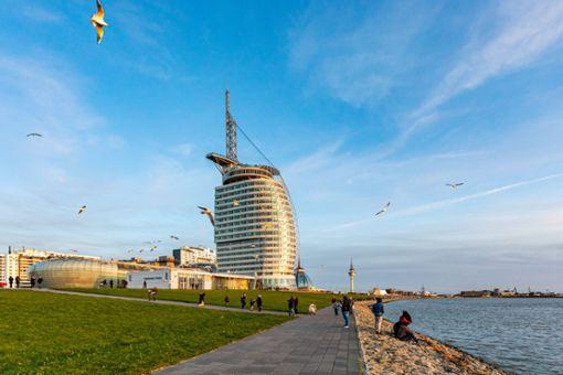 Bremerhaven: Zum Verwechseln! Havenwelten heißt das Großprojekt hinterm Weserdeich. Dessen Wahrzeichen ist das Atlantic Hotel Sail City. Die Segelform des 147 Meter hohen Gebäudes erinnert stark an das berühmte...