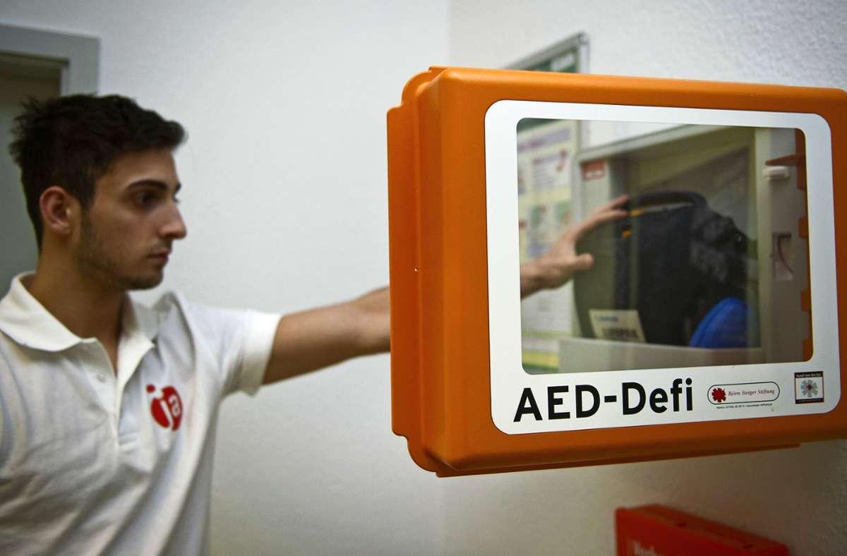 Die Ilm will zusammen mit den örtlichen Rettungsdiensten die Bevölkerung im Umgang mit den Defibrillatoren schulen, damit diese im Ernstfall beherzt zugreifen. Foto: dpa/Jan-Philipp Strobel