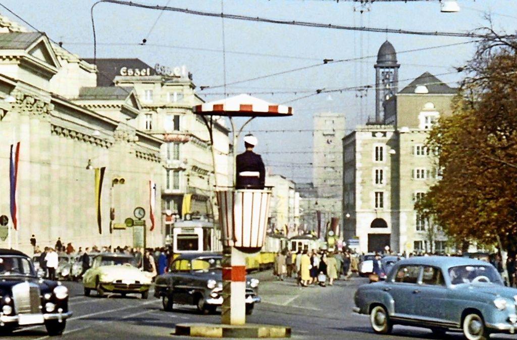 """Ein  Polizist  regelt um 1960  auf dem Podest den Verkehr auf dem Stuttgarter Schlossplatz: eine Szene aus dem Film """"Heimatbilder"""", der an Karfreitag um 19 Uhr  im SWR-Fernsehen läuft. Foto:  SWR/Franz Lazi/Haus der Dokumentarfilms"""