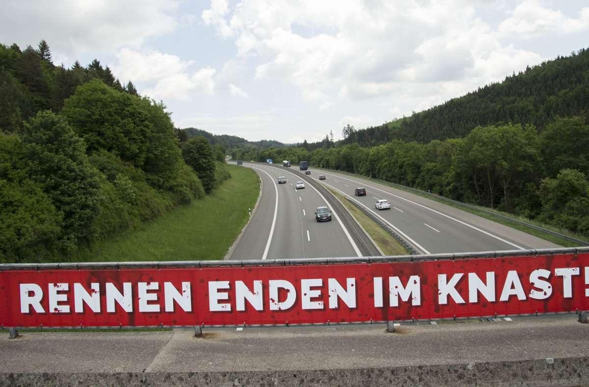 Solche Banner sind Teil einer Kampagne gegen illegale Autorennen. (Archivbild) Foto: dpa/Steffen Schmidt