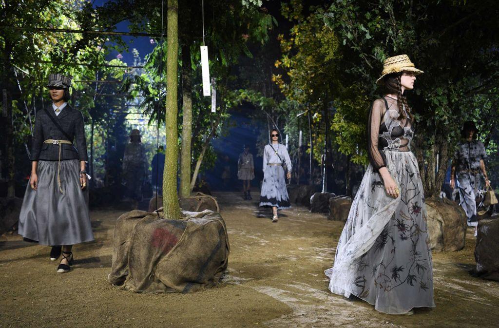 Die Dior-Kollektion zeigte die Designerin Maria Grazia Chiuri im Grünen – und zwar auf der Pferderennbahn Longchamp. Foto: AFP/CHRISTOPHE ARCHAMBAULT