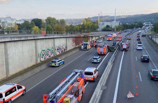 Auto überschlägt sich – B10 in Richtung Stuttgart gesperrt