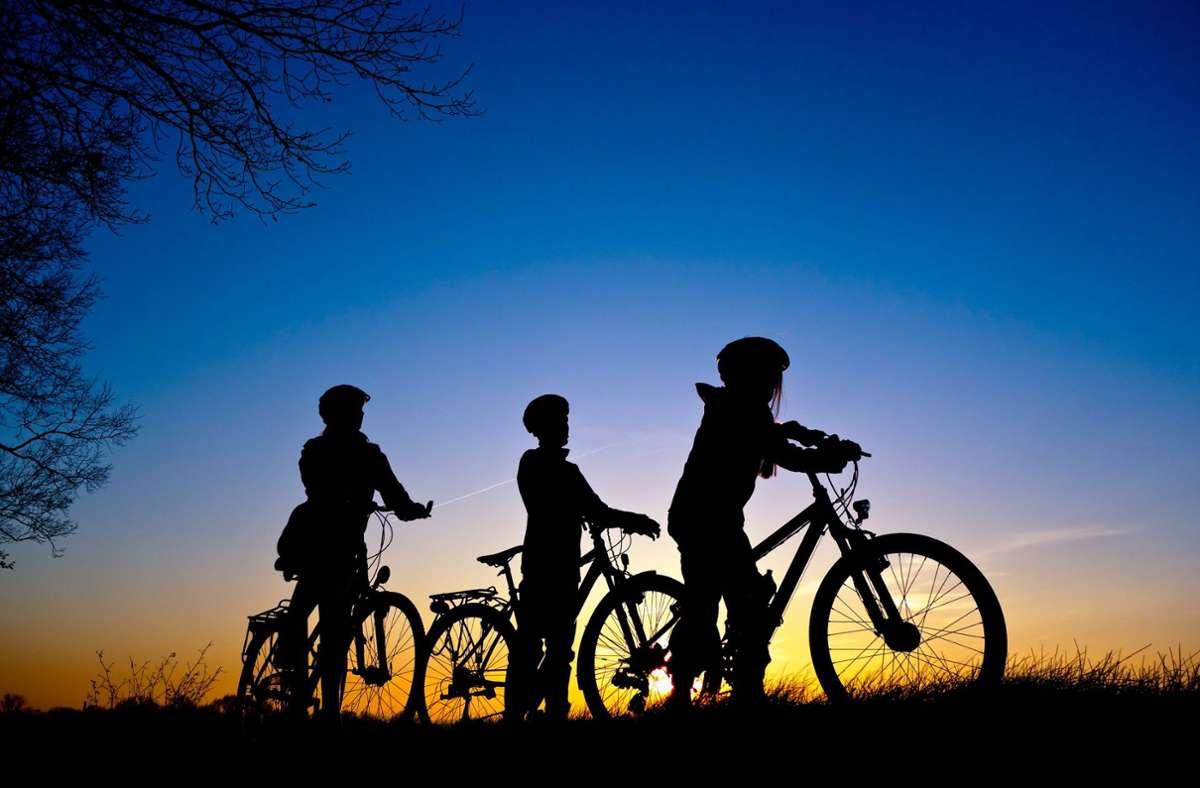 Gemeinsam mit dem Rad in die Ferien starten: In der Gruppe gelingt Kindern Unglaubliches. Foto: dpa/Patrick Pleul