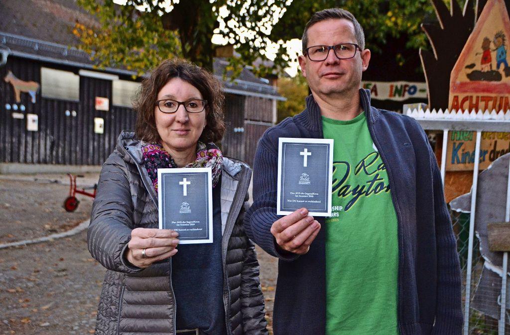 Mit Trauerkarten machen Judith Wolf  und Martin Wach derzeit auf absichtlich makabere Weise auf die Not aufmerksam. Foto: Fatma Tetik