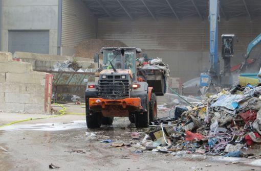 Brand in Recyclingbetrieb hält Feuerwehr in Atem