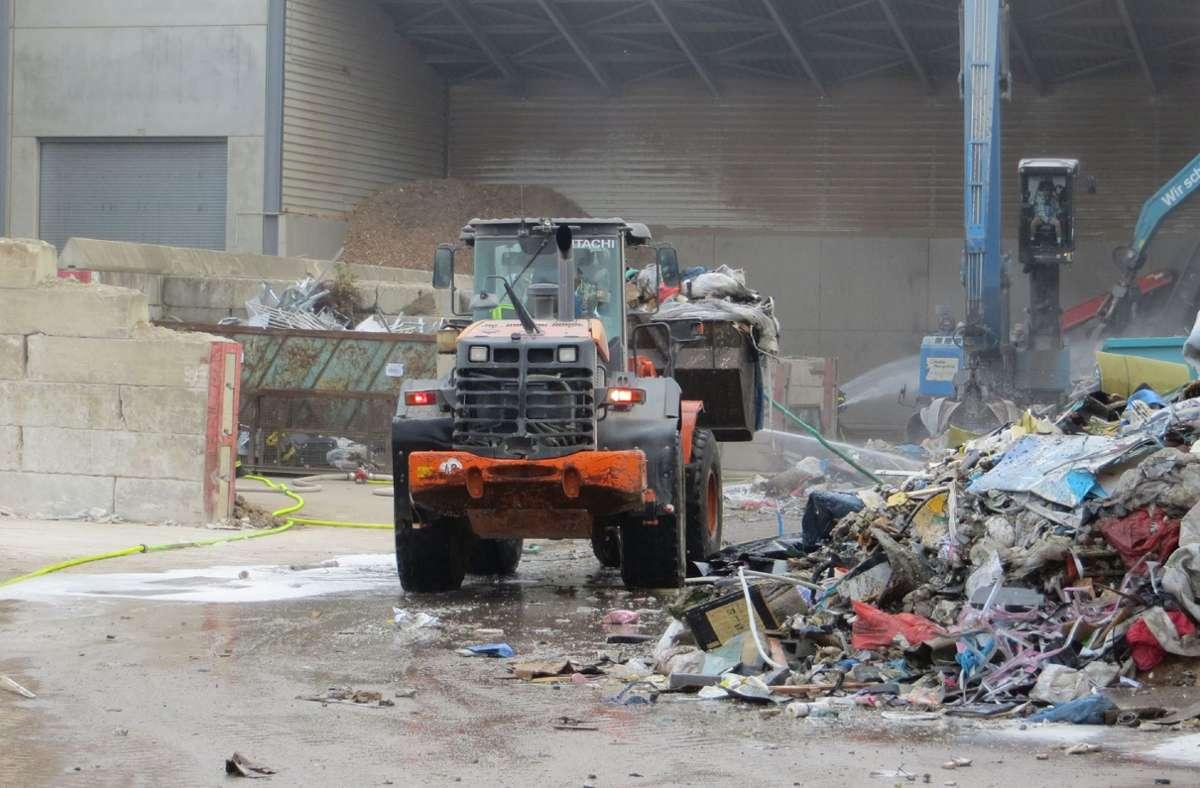 In Feuerbach hat es am Samstag in einem Recyclingunternehmen gebrannt. Foto: SDMG/SDMG / Pusch