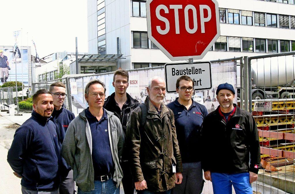 Gewerkschafter bei Bosch zeigen dem Stellenabbau ein Stopp-Signal. Foto: Götz Schultheiss