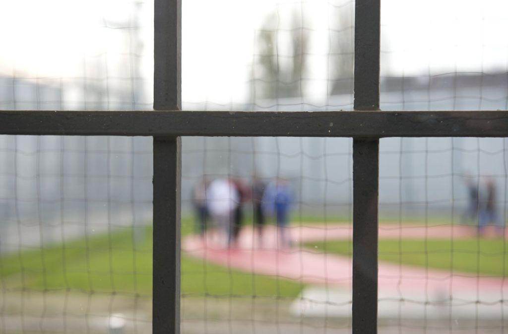 Der Arbeitsplatz Gefängnis ist nicht jedermanns Sache. Foto: dpa/Daniel Naupold
