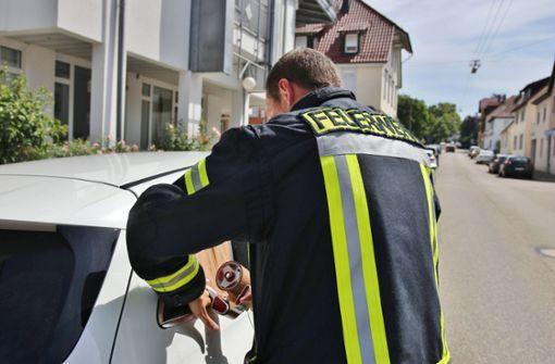 Feuerwehr schlägt Scheibe ein