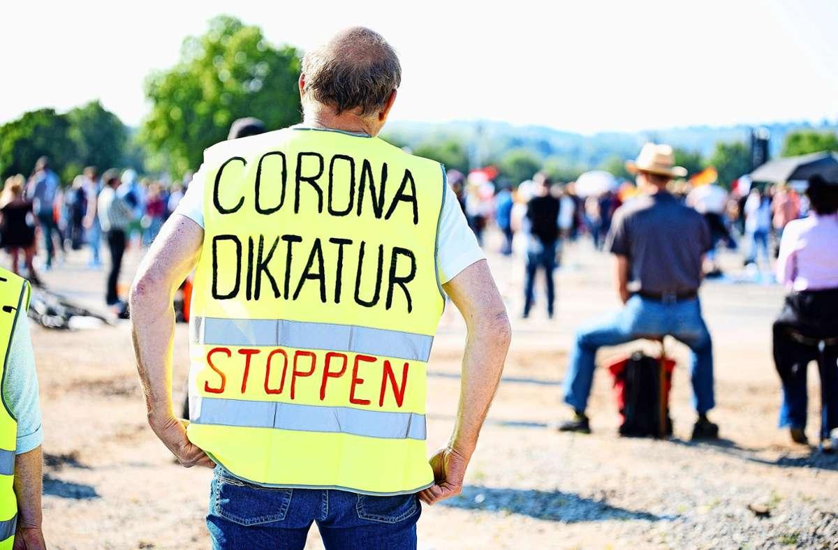 """Manche  Demonstranten, die  die Maßnahmen gegen das Coronavirus ablehnen, wähnen sich in einer Diktatur.  Für Samstag rufe die """"Querdenken""""-Initiative erneut zum Protest auf. Foto: 7aktuell/Marc Gruber"""