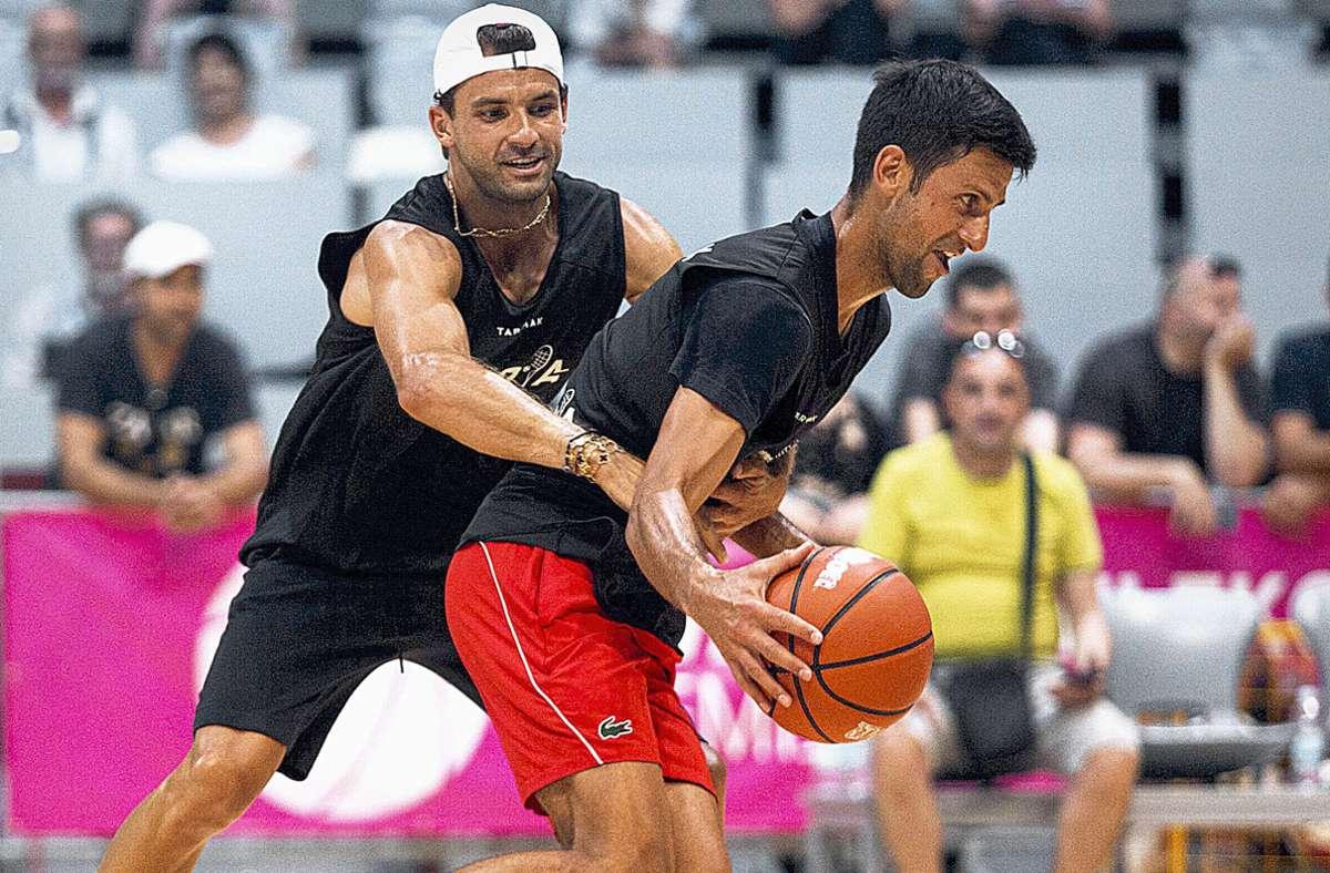 Bei der Adria-Tour wurde nicht nur Tennis gespielt: Der serbische Ausrichter Novak Djokovic (re.) und Grigor Dimitrov maßen sich auch beim Basketball – mittlerweile ist der bulgarische Ex-Weltmeister positiv auf das Coronavirus getestet worden. Foto: imago/Xinhua