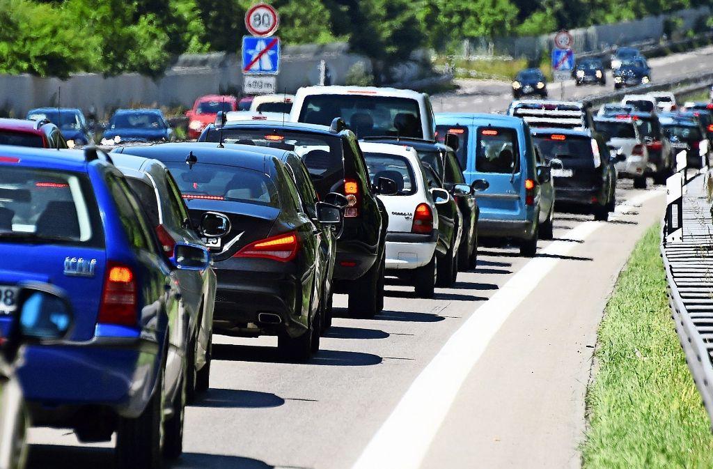 Wenn die Hauptverkehrsstraßen wieder einmal dicht sind, schlängeln sich viele Autofahrer gern durch Wohngebiete. Foto: dpa