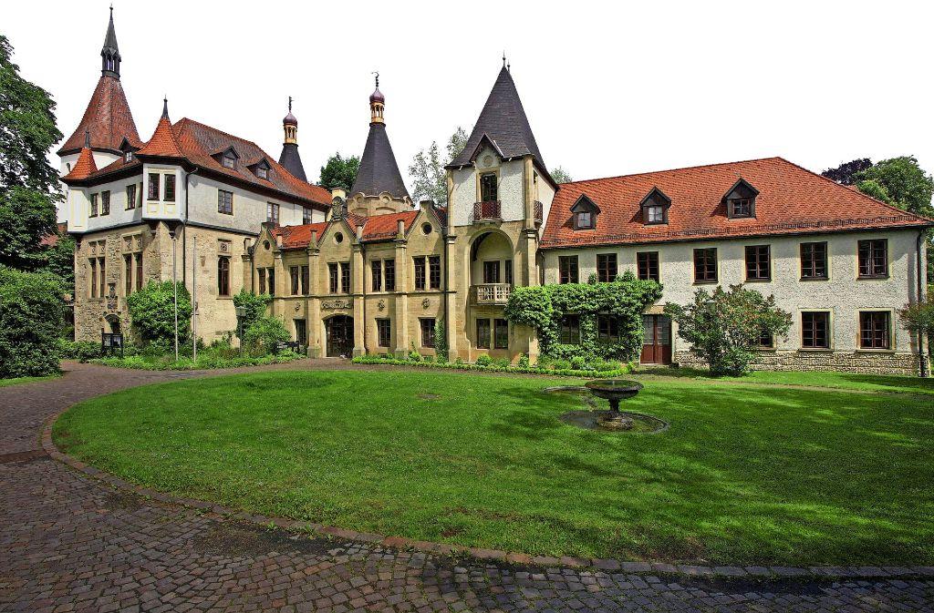 Das denkmalgeschützte Schloss besteht aus dem alten Teil (links im Bild) und den neueren Anbauten. Foto: factum/Archiv
