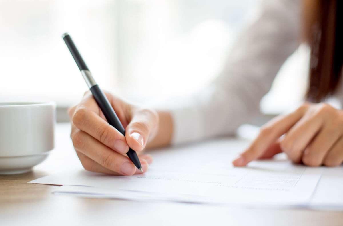 In diesem Artikel zeigen wir Ihnen 4 Tipps, wie Sie Kugelschreiber von Papier entfernen können. Foto: Mangostar / Shutterstock.com