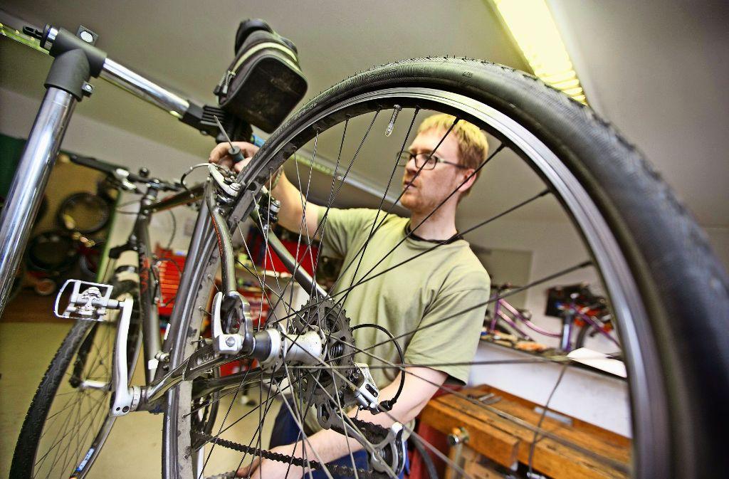 Die Fahrradsaison kann kommen: Raffael Viergutz, der Leiter der Radstation am Kirchheimer Bahnhof, legt letzte Hand an ein vom Rost des Winters befreites Fahrrad an. Foto: Horst Rudel