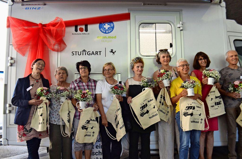 Die ehrenamtlichen Helfer bekamen Blumen und Jutetaschen überreicht. Foto: Uli Meyer