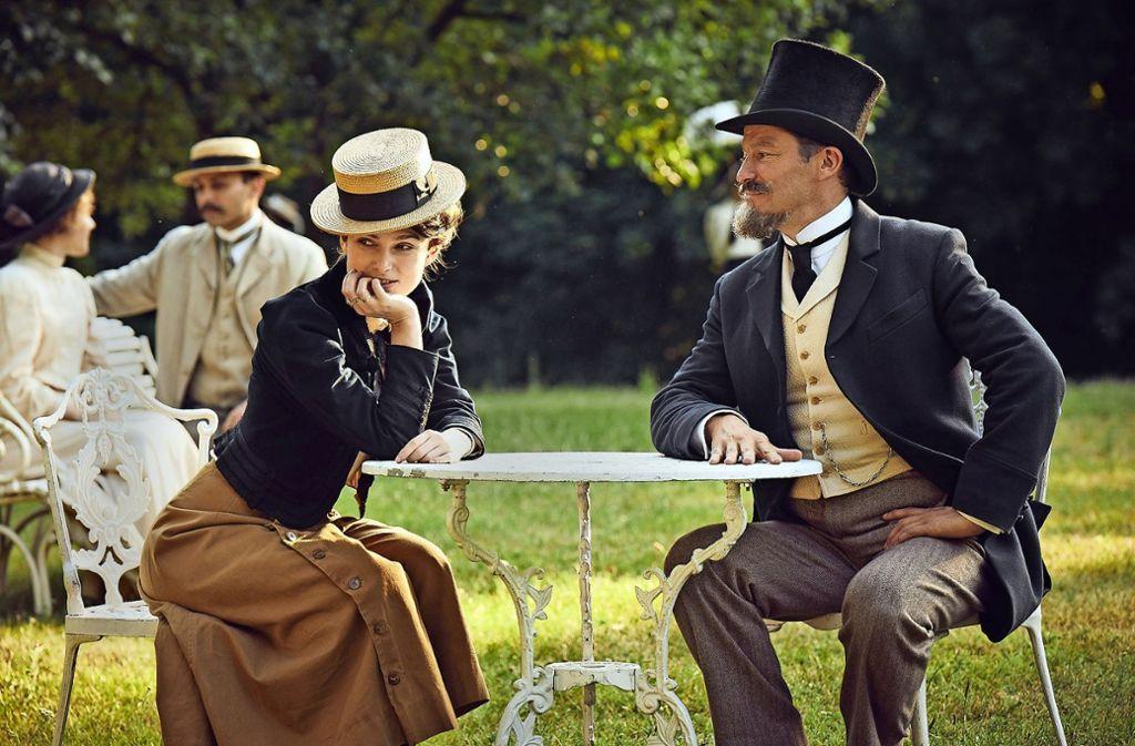"""Auch in """"Colette"""" spielt Keira Knightley eine Frau, die nicht vom Blick der Männer (rechts neben ihr: Dominic West)  definiert werden möchte. Foto: DCM"""