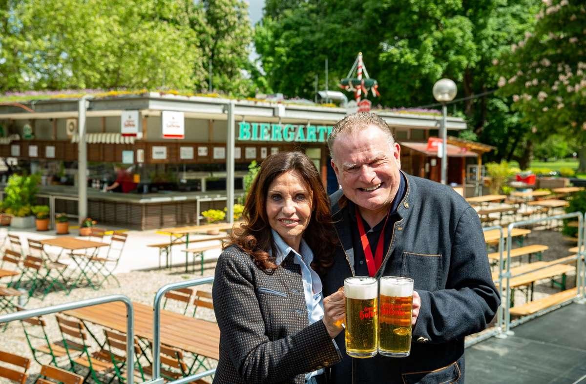 Wirtin Sonja Merz und Hofbräu-Chef  Martin Alber im eröffneten Biergarten. Foto: Lg/Leif Piechowski