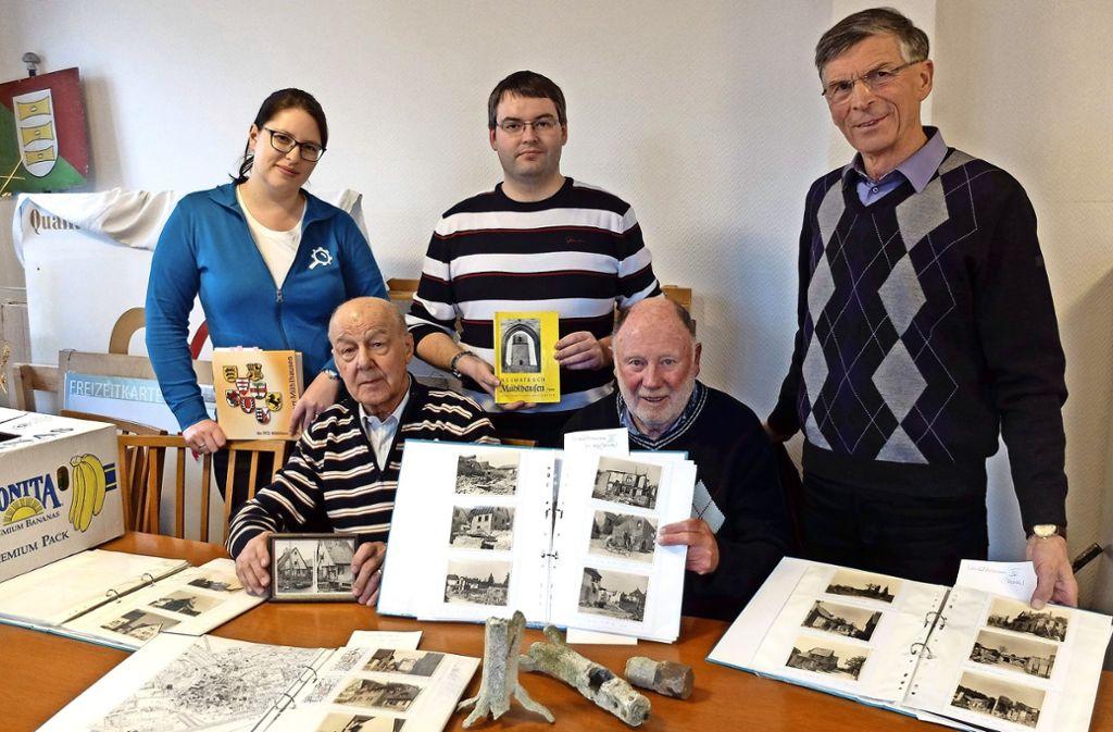 Nina Raczek, Ralf Brust, Heinz Morhard (stehend) mit den Zeitzeugen Ernst Geib (links) und Herbert Schmidt. Foto: Iris Frey