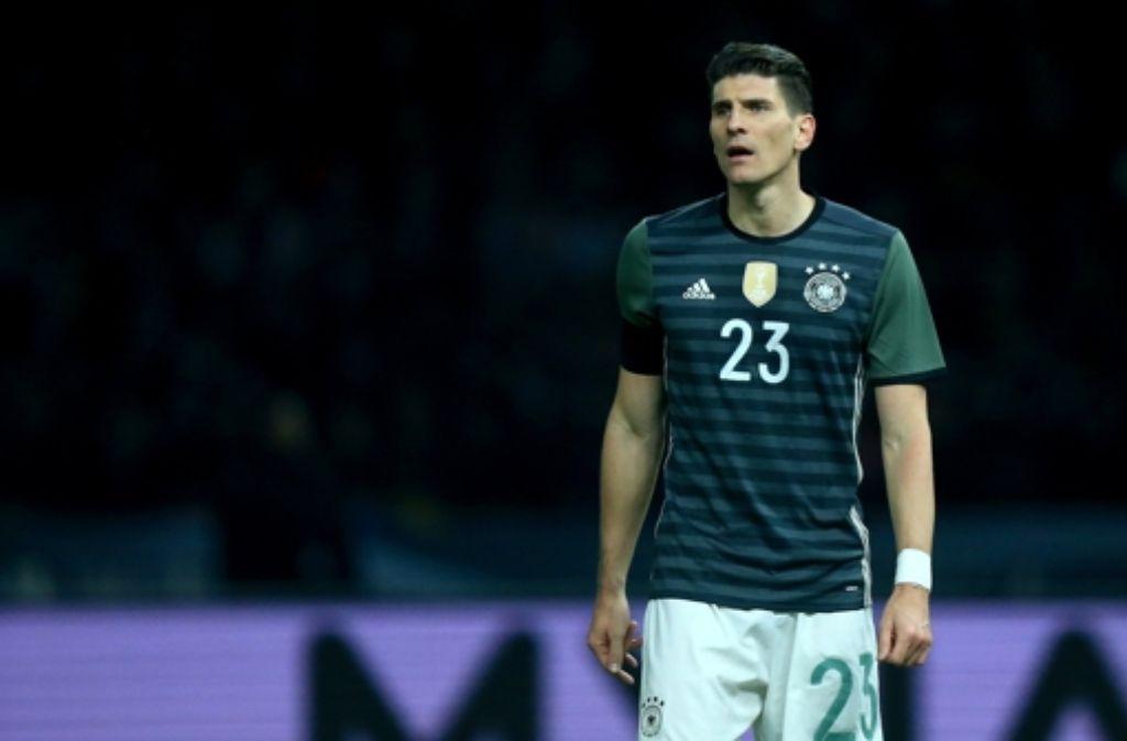 Tor erzielt, trotzdem verloren. Mario Gomez steht nach dem 2:3 gegen England die Enttäuschung ins Gesicht geschrieben. Foto: dpa