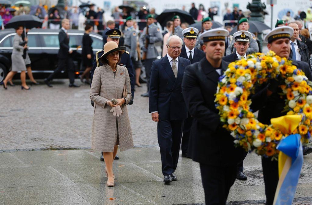 Königin Silvia und ihr Mann Carl Gustaf haben am Kriegsmahnmal in Berlin einen Kranz niedergelegt. Foto: AFP