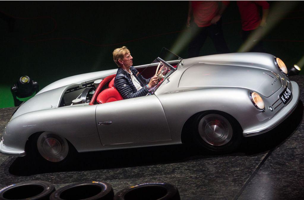 Walter Röhrl fährt einen Porsche 356 in die Halle Foto: Lichtgut/Christoph Schmidt