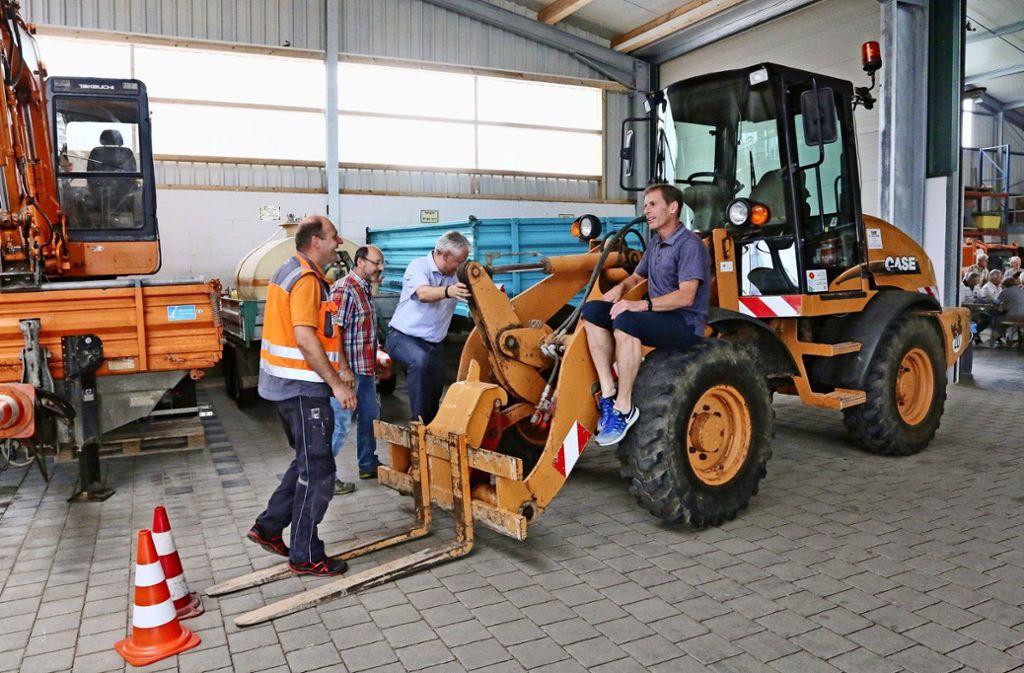 Was es im Bauhof Heckengäu alles zu entdecken gibt, zeigen die Mitarbeiter beim Tag der offenen Tür. Foto: Andreas Gorr