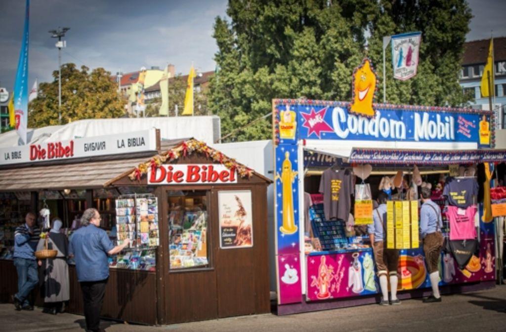 Auf dem Krämermarkt auf dem Cannstatter Volksfest stoßen Kontraste aufeinander. Foto: