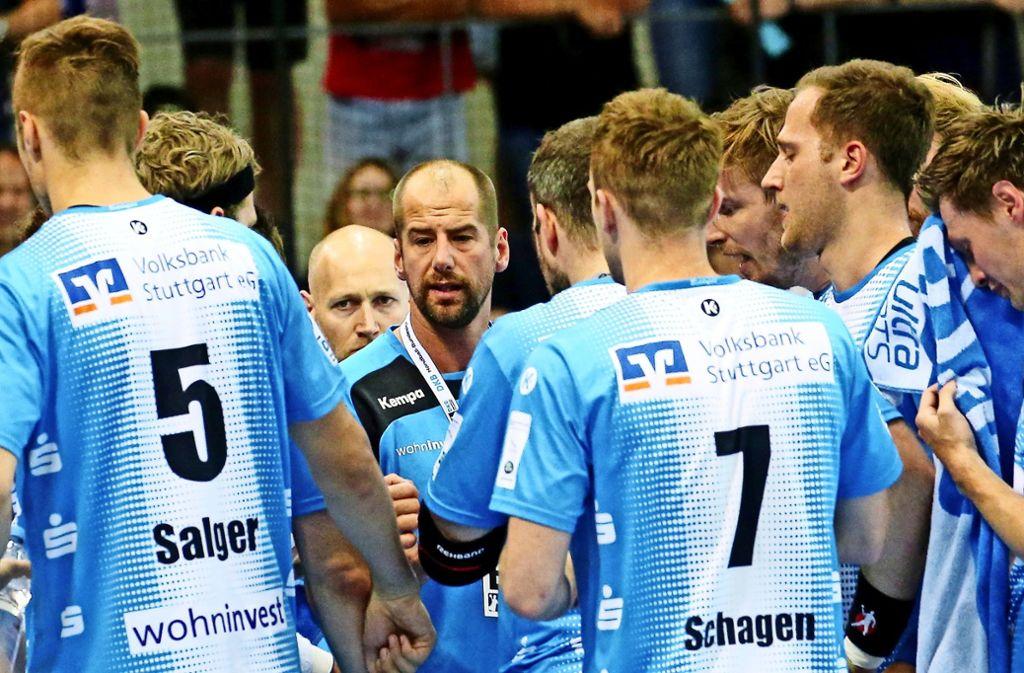 Am richtigen Platz: Jürgen Schweikardt (Mitte) fühlt sich im Kreis der TVB-Handballspieler am wohlsten. Foto: Baumann