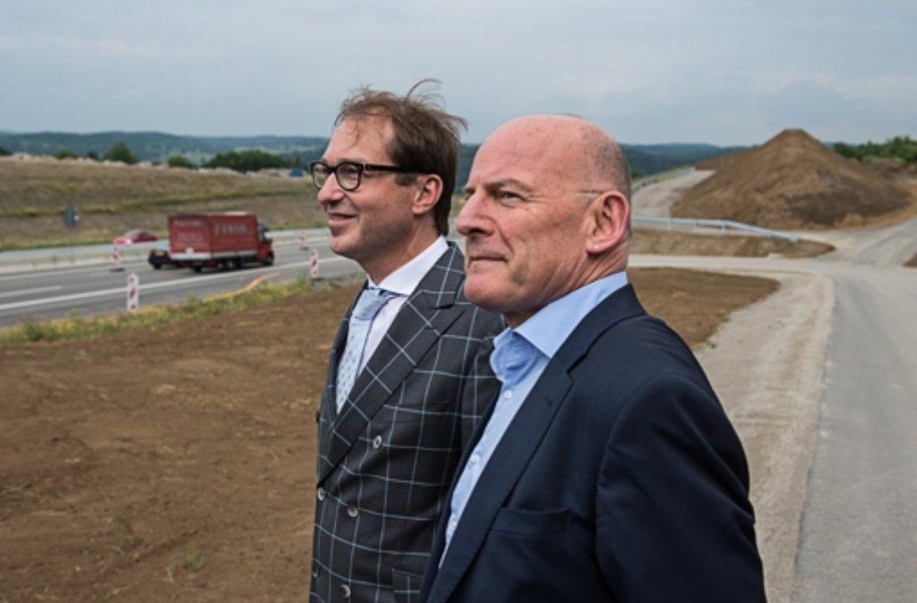 Bundesverkehrsminister Alexander Dobrindt (hinten) und sein Länderkollege Winfried Hermann bei der Freigabe der sechsspurigen A8 bei Pforzheim. Foto: dpa