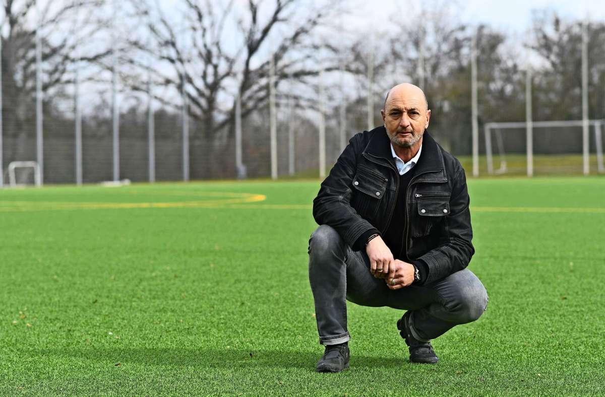 Klaus Zinser  wohnt schon sein halbes Leben lang        in Fellbach, über viele Jahre  hinweg war  er auch auf den Fußballplätzen der Stadt und  der Umgebung zu Hause Foto: Maximilian Hamm