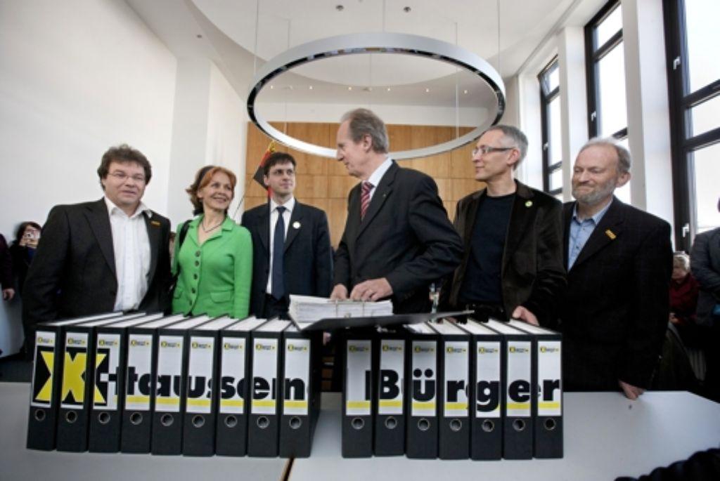 Im  März 2011 übergaben S21-Gegner OB Wolfgang Schuster Unterschriften von Bürgern, die ein Bürgerbegehren zum Ausstieg aus dem Bahnprojekt fordern. Foto: Steinert