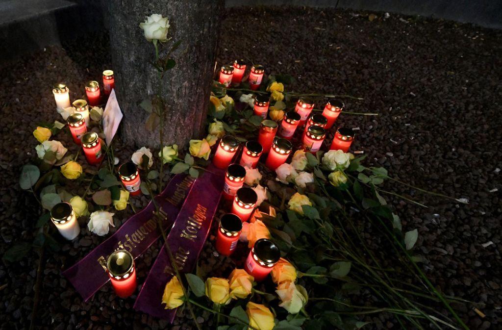 Auf dem Königsplatz in Augsburg wurden Kerzen und Blumen für das Opfer niedergelegt. Foto: dpa/Stefan Puchner