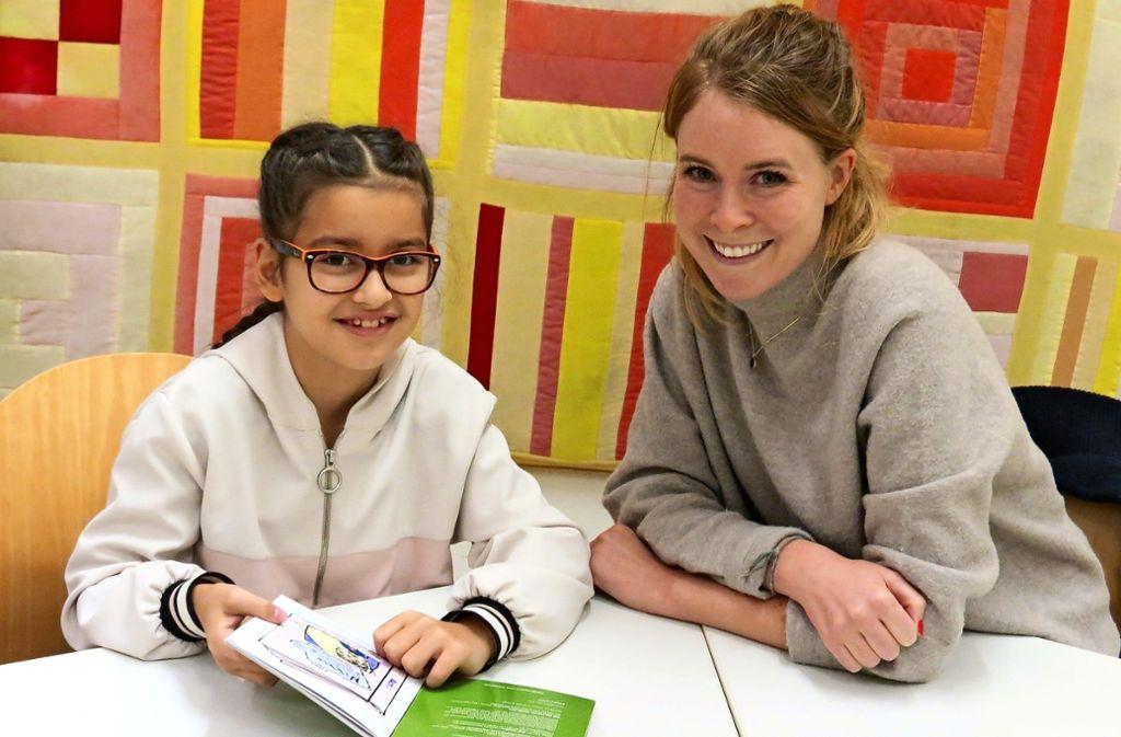 Die neunjährige Sali und Nathalie Aerni haben viel Freude am gemeinsamen Lesen und Lernen. Foto: Bernd Zeyer