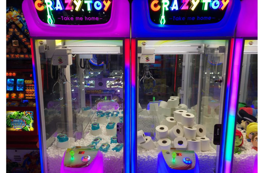 Bei den Spielautomaten kann man ungewöhnliche, aber sehr gefragte Produkte herausfischen. Foto: dpa/Rob Braddick
