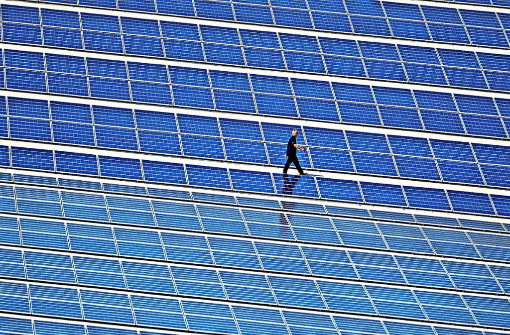 Solch große Photovoltaikanlagen  sucht man auf den Fildern  bislang vergebens. Insgesamt wird aber immer mehr Strom mittels Sonnenkraft erzeugt. Foto: dpa/Jens Büttner