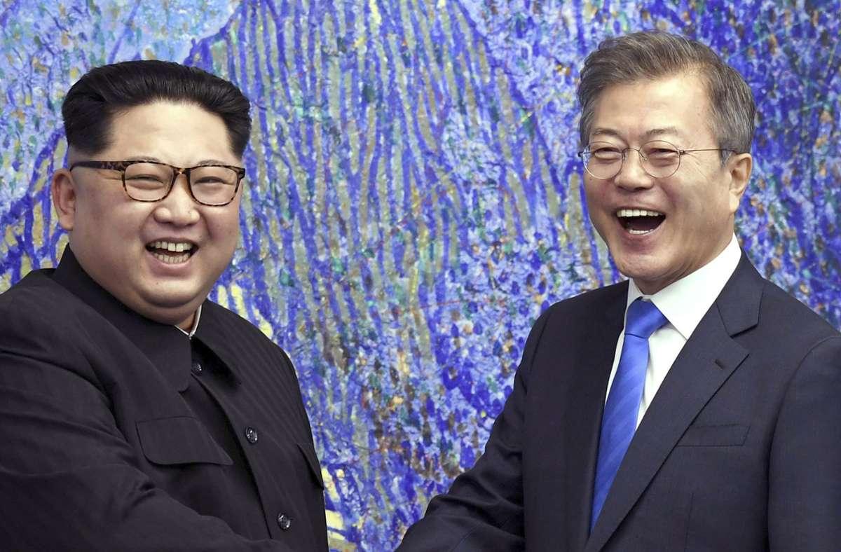 Nordkoreas Machthaber Kim Jong Un (l.) mit dem südkoreanischen Präsidenten Moon Jae In im Jahr 2018 Foto: dpa/Korea Summit Press