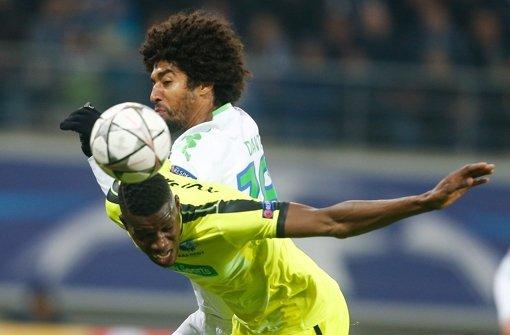 Kalifa Coulibaly (l.) vom KAA Gent beim 2-3 gegen Dante vom VfL Wolfsburg. Foto: dpa
