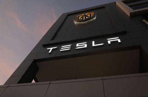 """Tesla streicht Stellen und warnt vor """"sehr schwieriger"""" Zukunft"""