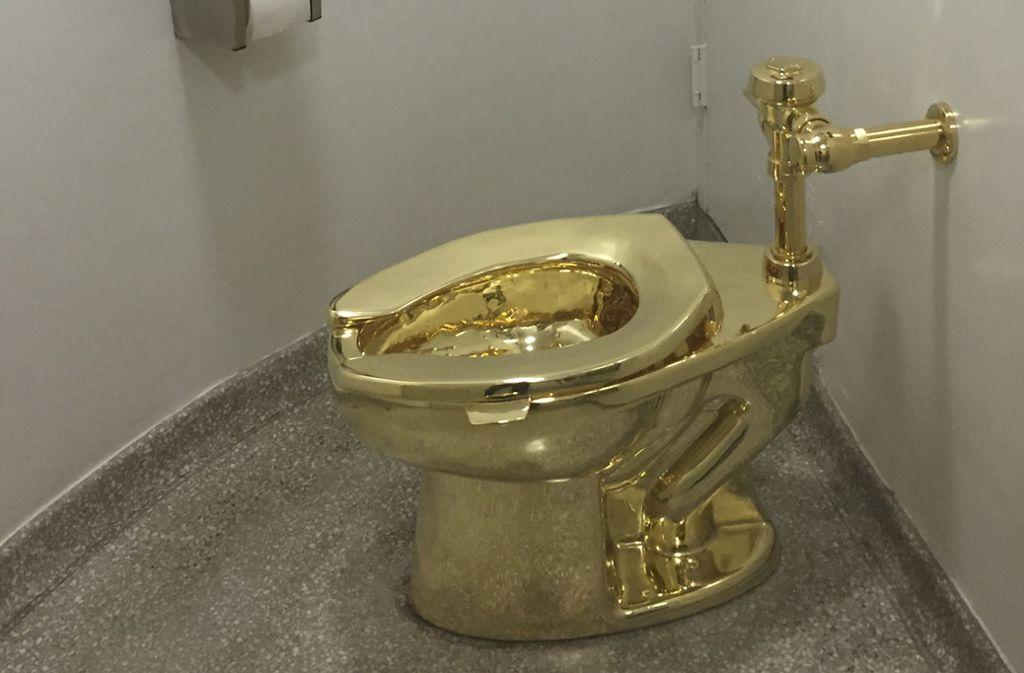Das goldene Klo war voll funktionsfähig und durfte sogar benutzt werden. Foto: AFP/WILLIAM EDWARDS