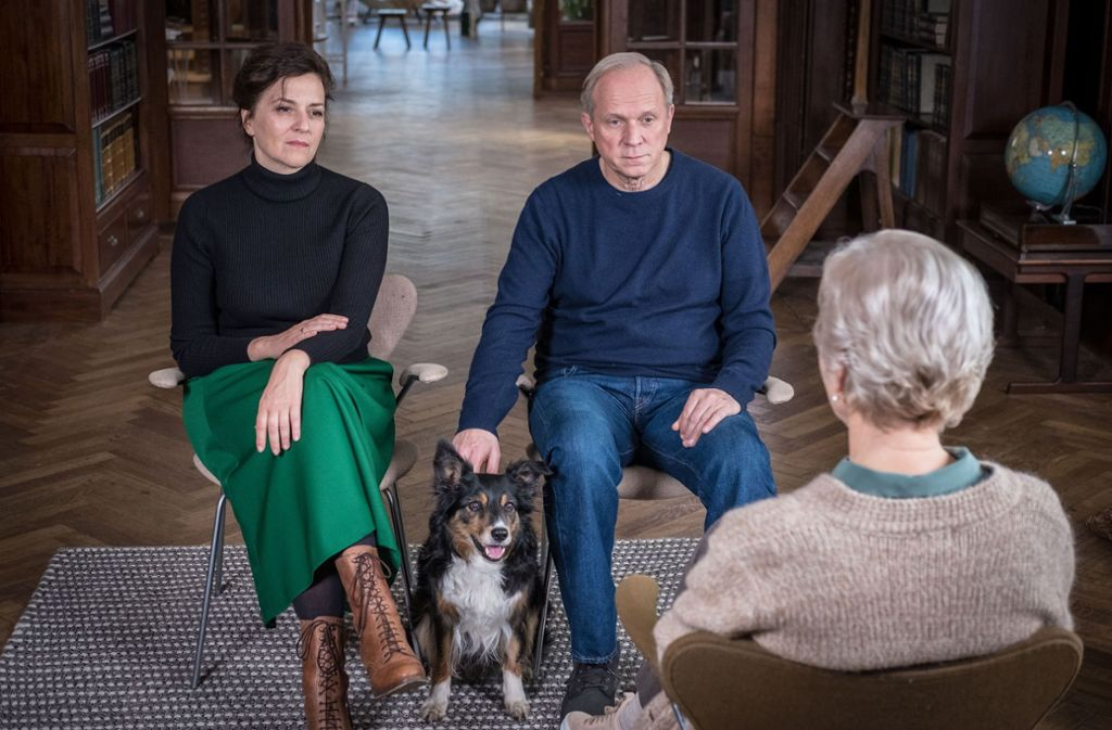 """Martina Gedeck (links), Ulrich Tukur und Angelika Thomas in """"Und wer nimmt den Hund?"""" Foto: Degeto Film/Relevant Film/Boris Laewen"""