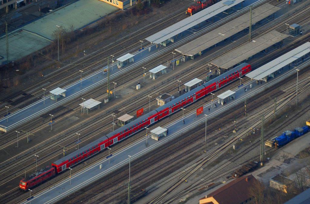 Hier am Marbacher Bahnhof hat ein Raubüberfall unter Teeenagern stattgefunden. Foto: Werner Kuhnle