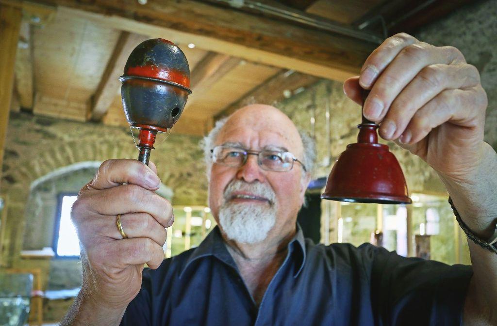 Kurt Sartorius ist fasziniert von der Rassel und dem Glöckchen, die einst Granaten waren. Foto: factum/Granville