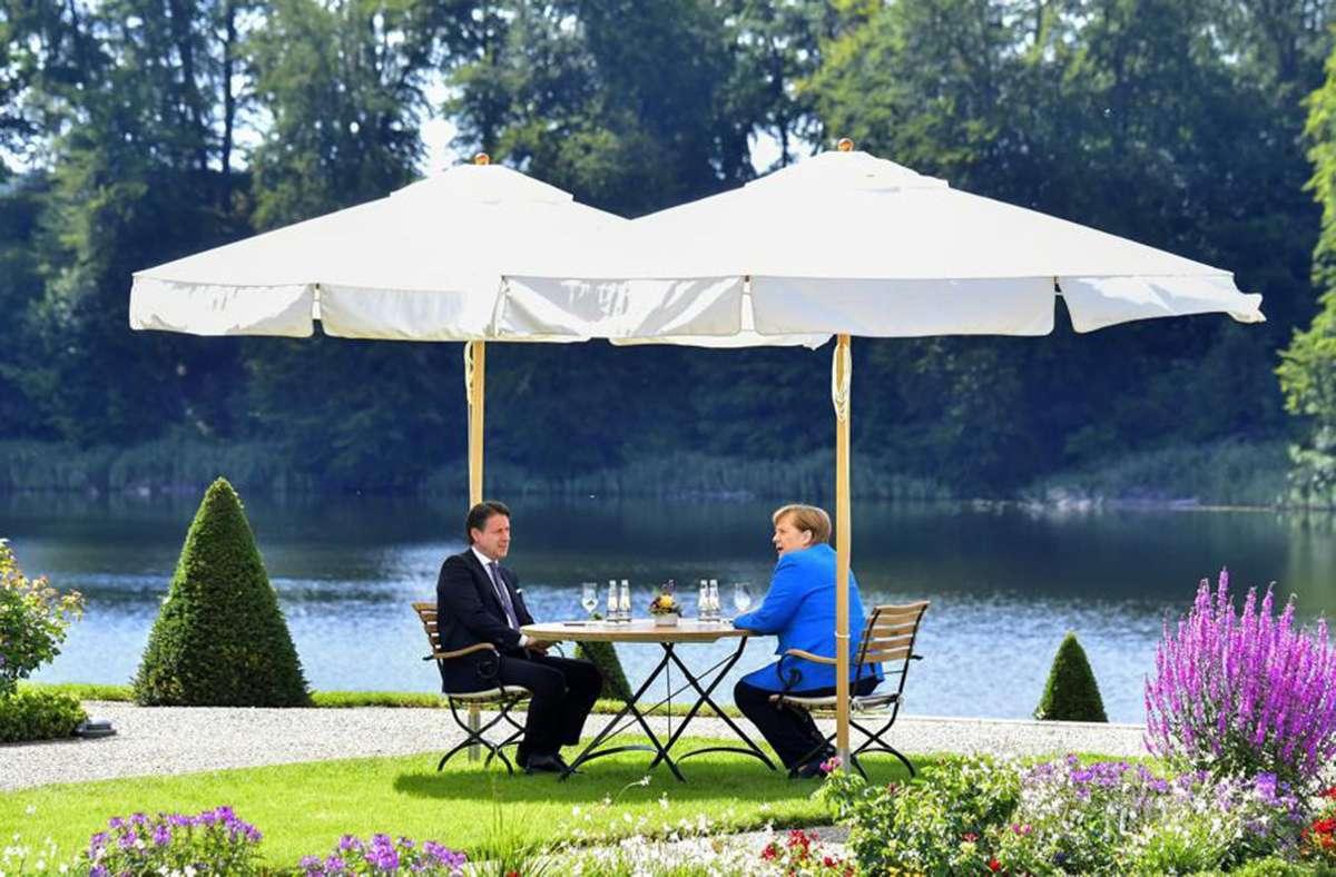 Angela Merkel mit Italiens  Giuseppe Conte im Schlossgarten von Meseberg – es geht darum, die harten fronten im EU-Milliardenpoker um ein Corona-Konjunkturpaket aufzubrechen. Foto: AP/Tobias Schwarz