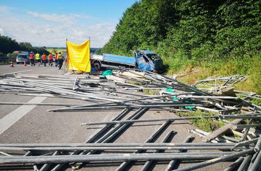 Lastwagen überschlägt sich - Beifahrer stirbt